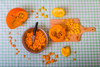 Pumpkin cut into pieces on chopping board with bowl full of cubed pumpkin, overhead view 11015343694| 写真素材・ストックフォト・画像・イラスト素材|アマナイメージズ