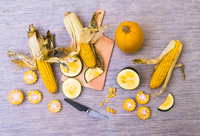 Still life of corn on the cob with two varieties of squash, whole and sliced, overhead view 11015343708| 写真素材・ストックフォト・画像・イラスト素材|アマナイメージズ