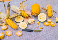 Still life of corn on the cob with two varieties of squash, whole and sliced 11015343709| 写真素材・ストックフォト・画像・イラスト素材|アマナイメージズ