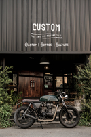 Cafe racer motorbike parked outside custom motorbike and coffee shop, Bangkok, Thailand 11015344705| 写真素材・ストックフォト・画像・イラスト素材|アマナイメージズ