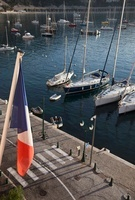 Harbor with French flag in the foreground 11016021460| 写真素材・ストックフォト・画像・イラスト素材|アマナイメージズ