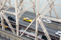 High angle view of vehicles on Queensboro Bridge over East River 11016032942| 写真素材・ストックフォト・画像・イラスト素材|アマナイメージズ