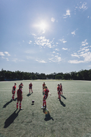 High angle view of team playing soccer on field during sunny day 11016034204| 写真素材・ストックフォト・画像・イラスト素材|アマナイメージズ
