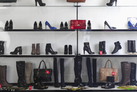 Various shoes and purses displayed on shelves at store 11016034945| 写真素材・ストックフォト・画像・イラスト素材|アマナイメージズ
