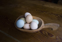 High angle view of eggs in container on wooden table 11016036520| 写真素材・ストックフォト・画像・イラスト素材|アマナイメージズ