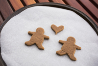 High angle view of gingerbread couple and heart shape on baking sheet 11016038657| 写真素材・ストックフォト・画像・イラスト素材|アマナイメージズ