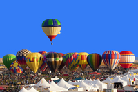 Hot air balloon floating above others at festival, Albuquerque, New Mexico, United States 11018049670| 写真素材・ストックフォト・画像・イラスト素材|アマナイメージズ