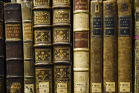 Close up of old leather bound books in library 11018049765| 写真素材・ストックフォト・画像・イラスト素材|アマナイメージズ