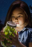 Chinese girl looking at fireflies in jar 11018077643| 写真素材・ストックフォト・画像・イラスト素材|アマナイメージズ