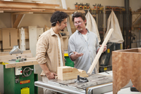 Co-workers woodworking in workshop 11018081495| 写真素材・ストックフォト・画像・イラスト素材|アマナイメージズ