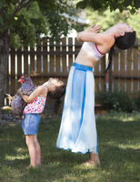 Mother and daughter practicing yoga with chicken in backyard 11018089327| 写真素材・ストックフォト・画像・イラスト素材|アマナイメージズ