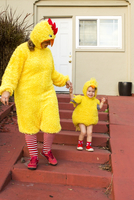 Caucasian mother and daughter wearing chicken costumes 11018091193| 写真素材・ストックフォト・画像・イラスト素材|アマナイメージズ