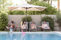 Smiling friends relaxing and drinking poolside 11018102094| 写真素材・ストックフォト・画像・イラスト素材|アマナイメージズ