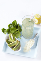 Green Protein Smoothie with Kiwi, Spinach and Banana, Studio Shot 11030039429| 写真素材・ストックフォト・画像・イラスト素材|アマナイメージズ