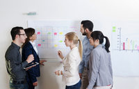 Group of young business people and businesswoman in discussion in office, using whiteboard, Germany 11030040681| 写真素材・ストックフォト・画像・イラスト素材|アマナイメージズ