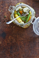 Jar of Pickled Vegetable Relish with Green Beans, Carrots, Cauliflower, Thyme, Bay Leaf, Peppercorns and White Onions in Vinegar 11030040754| 写真素材・ストックフォト・画像・イラスト素材|アマナイメージズ