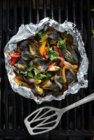 Mussels with yellow, red and orange peppers, red onions and cilantro in a cream sauce in tinfoil on a barbeque grill 11030041024| 写真素材・ストックフォト・画像・イラスト素材|アマナイメージズ