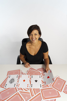 Mid-Adult Woman doing Magic Trick with Deck of Cards 11030041170| 写真素材・ストックフォト・画像・イラスト素材|アマナイメージズ