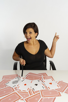 Mid-Adult Woman doing Magic Trick with Deck of Cards 11030041171| 写真素材・ストックフォト・画像・イラスト素材|アマナイメージズ