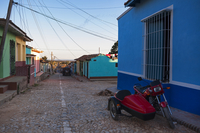Motorcycle with sidecar parked along side colorful building on cobblestone street, Trinidad, Cuba, West Indies, Caribbean 11030043088| 写真素材・ストックフォト・画像・イラスト素材|アマナイメージズ