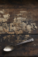 Tarnished Silver Spoon on Wooden Background 11030050545| 写真素材・ストックフォト・画像・イラスト素材|アマナイメージズ