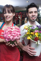 Florists stand holding a bucket of cut flowers and a hydra 11044014464| 写真素材・ストックフォト・画像・イラスト素材|アマナイメージズ