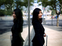 Chinese businesswoman waiting for taxi 11044036053| 写真素材・ストックフォト・画像・イラスト素材|アマナイメージズ