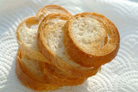 Five toasted baguette slices on kitchen paper 11047027697| 写真素材・ストックフォト・画像・イラスト素材|アマナイメージズ