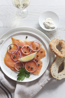 Smoked salmon with capers and onions served with a sesame seed bagel and creme fraiche 11047040029| 写真素材・ストックフォト・画像・イラスト素材|アマナイメージズ