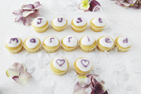 Cupcakes spelling out words at a wedding 11047042251| 写真素材・ストックフォト・画像・イラスト素材|アマナイメージズ