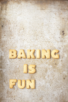 The words 'Baking is fun' made from biscuit letters 11047045008| 写真素材・ストックフォト・画像・イラスト素材|アマナイメージズ