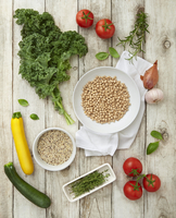 Ingredients for vegan minestrone: kale, quinoa, tomatoes, courgette and chickpeas 11047045258| 写真素材・ストックフォト・画像・イラスト素材|アマナイメージズ