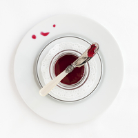 A dish of hibiscus syrup with a knife 11047046228| 写真素材・ストックフォト・画像・イラスト素材|アマナイメージズ