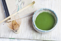 Matcha in a bowl (chawan), next to a bamboo whisk (chasen) and a spoon (chashaku) 11047046895| 写真素材・ストックフォト・画像・イラスト素材|アマナイメージズ