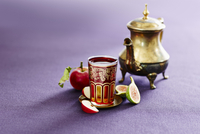 A silver teapot and a glass of Turkish apple tea 11047049342| 写真素材・ストックフォト・画像・イラスト素材|アマナイメージズ