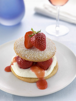 A strawberry sable on a plate in a table setting 11047055358| 写真素材・ストックフォト・画像・イラスト素材|アマナイメージズ