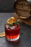 A cocktail with rosemary and dried orange slices 11047055843| 写真素材・ストックフォト・画像・イラスト素材|アマナイメージズ