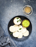 Traditional breakfast with Idli (rice cakes), coriander chutney, coconut chutney and coffee (South India) 11047055916| 写真素材・ストックフォト・画像・イラスト素材|アマナイメージズ