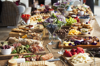 Various party snacks on a wooden table 11047055926| 写真素材・ストックフォト・画像・イラスト素材|アマナイメージズ