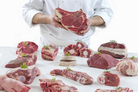 A chef presenting different types of fresh raw meat 11047056297| 写真素材・ストックフォト・画像・イラスト素材|アマナイメージズ