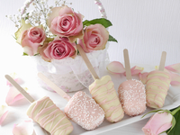 Cheesecakes on sticks with white and pink chocolate icing 11047058290| 写真素材・ストックフォト・画像・イラスト素材|アマナイメージズ