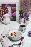 A breakfast bowl with acai berries and almond flakes 11047058562| 写真素材・ストックフォト・画像・イラスト素材|アマナイメージズ