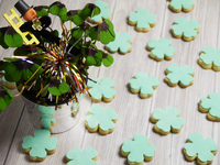 Lucky charms: clover-shaped cookies and lucky clover in a pot 11047059301| 写真素材・ストックフォト・画像・イラスト素材|アマナイメージズ