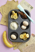 Ingredients for cinnamon and banana muffins in a muffin tin 11047059547| 写真素材・ストックフォト・画像・イラスト素材|アマナイメージズ