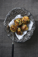 Vegan fried sticky rice and vegetable balls (top view) 11047059558| 写真素材・ストックフォト・画像・イラスト素材|アマナイメージズ