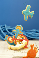 Colorful maritime biscuits in the form of anchors, airplanes and crabs 11047059803| 写真素材・ストックフォト・画像・イラスト素材|アマナイメージズ