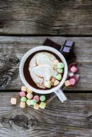 Close up of hot chocolate in white ceramic cup with whipped cream and marshmallows on rustic wooden background 11047059915| 写真素材・ストックフォト・画像・イラスト素材|アマナイメージズ