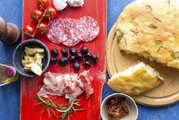 Antipasti: focaccia with rosemary, finocchiona (fennel salami), tomatoes, artichokes, black olives and ham 11047061042| 写真素材・ストックフォト・画像・イラスト素材|アマナイメージズ