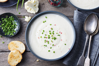 Cauliflower, potato cream soup with green onion in black bowl on grey wooden background 11047062200| 写真素材・ストックフォト・画像・イラスト素材|アマナイメージズ