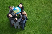Business people lifting globe together outdoors 11055018267| 写真素材・ストックフォト・画像・イラスト素材|アマナイメージズ